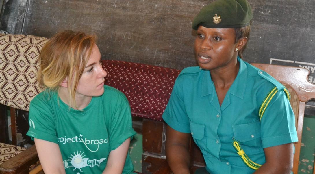 ガーナで人権問題について学ぶ高校生ボランティア